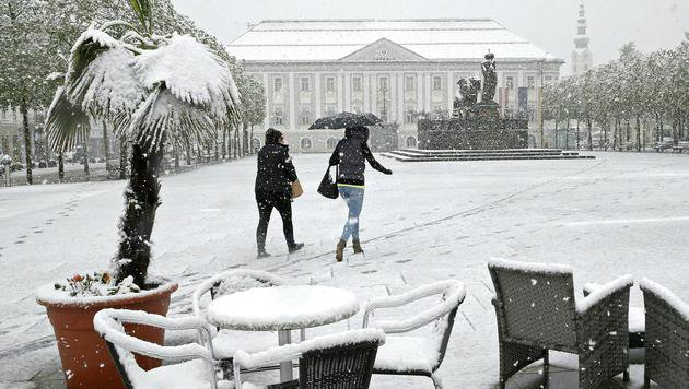 Schnee am Neuen Platz in Klagenfurt (Bild: APA/GERT EGGENBERGER)