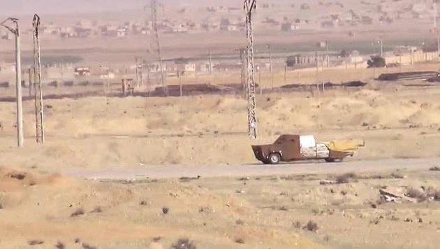 """Mit seiner Panzerung erinnert das umgebaute Fahrzeug an die Autos aus """"Mad Max"""". (Bild: France 24)"""