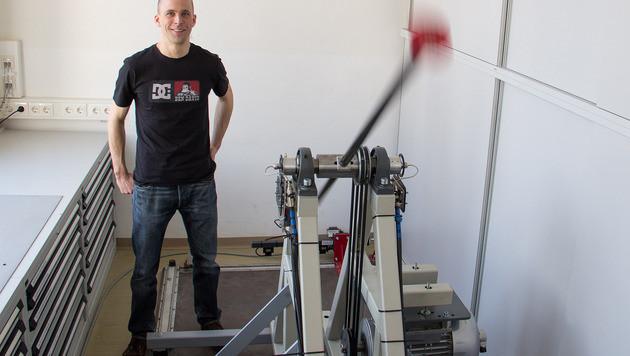 Mit einem Roboter bringen Laborleiter Stefan Schwarz und sein Team Handys auf Touren. (Bild: TU Wien/Tibor Rauch)