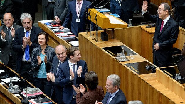 """Strache vs. Ban: """"Halfen bis an unsere Grenzen!"""" (Bild: APA/ROLAND SCHLAGER)"""
