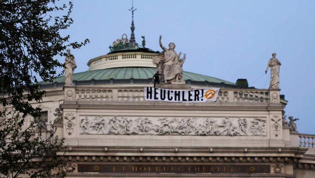Identitäre hissten Transparent am Burgtheater (Bild: twitter.com/identitaere_b)