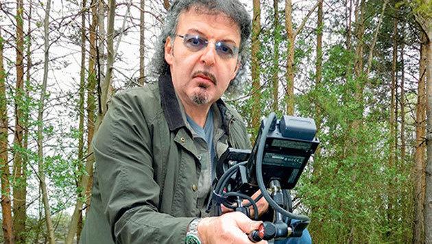 """Naturfilmer Kurt Mündl mit seiner eigens konstruierten """"Snake-Cam"""". (Bild: Kurt Mündl)"""