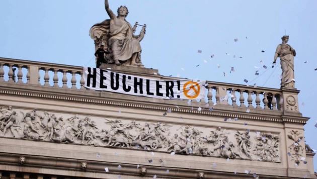 Rechte Störaktion am Dach des Burgtheaters (Bild: twitter.com/identitaere_b)