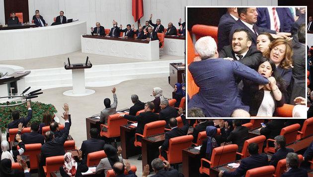 Auf eine hitzige Debatte folgte eine handfeste Auseinandersetzung zwischen mehreren Abgeordneten. (Bild: APA/AFP/ADEM ALTAN, twitter.com/kampaDina)