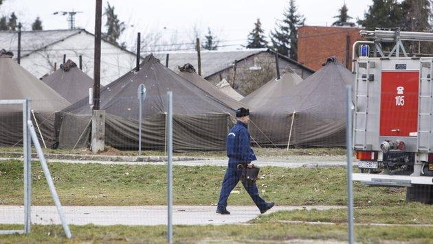 In diesen Zelten sollen bald bis zu 300 Fl�chtlinge untergebracht werden. (Bild: EPA)