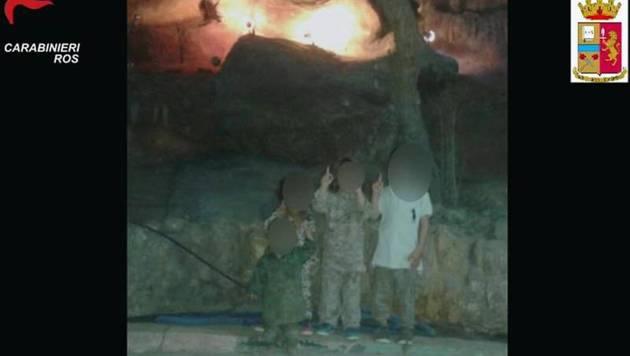 Ein WhatsApp-Foto auf Abderrahims Handy zeigt seine Kinder in Kampfuniformen. (Bild: Polizia di Stato)