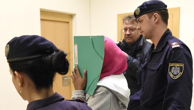 Diese 17-jährige Schwedin stand in Wien wegen IS-Terrorverdachts vor Gericht. (Bild: APA/HELMUT FOHRINGER)
