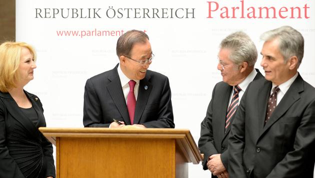 Ban mit Nationalratspräsidentin Doris Bures, Bundespräsident Heinz Fischer, Kanzler Werner Faymann (Bild: APA/ROLAND SCHLAGER)