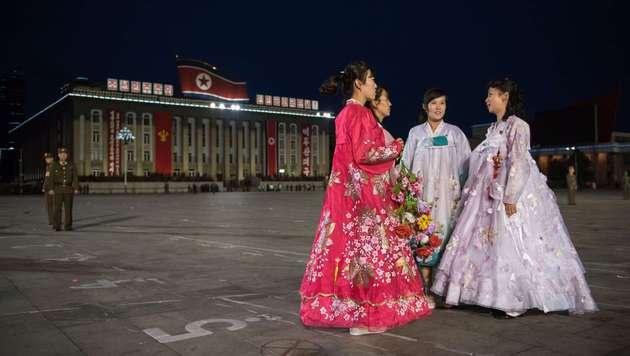 Junge Nordkoreanerinnen in Pjönjang. Sie tragen die traditionelle Tracht. (Bild: AFP)