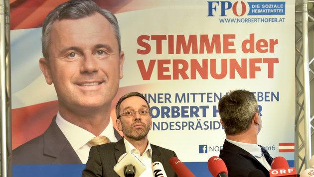 Plakate präsentiert: Wahlkampfleiter Herbert Kickl (li.) und FPÖ-Hofburg-Kandidat Norbert Hofer (Bild: APA/HERBERT NEUBAUER)
