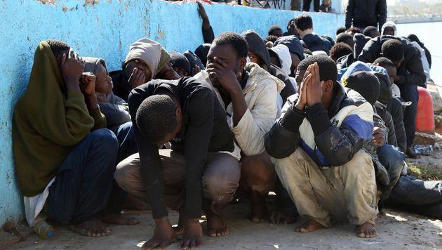 Migranten, die am Hafen von Tripolis aufgegriffen wurden. (Bild: APA/AFP/MAHMUD TURKIA)