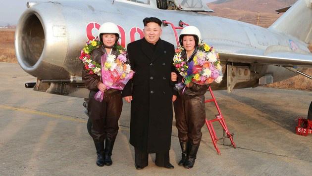 Kim Jong Un mit zwei Pilotinnen (Bild: KCNA/AFP/picturedesk.com)