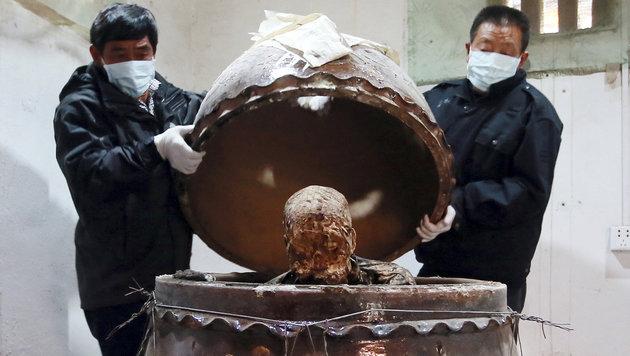 Das Öffnen des Keramikgefäßes drei Jahre nach dem Tod von Fu Hou (Bild: Associated Press)