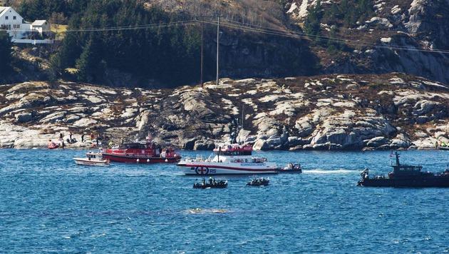Rettungskräfte suchen nach Überlebenden des Hubschrauberabsturzes. (Bild: APA/AFP/NTB Scanpix/MARIT HOMMEDAL)