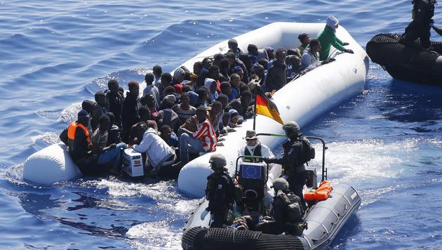 Die deutsche Marine greift immer wieder vor der K�ste von Libyen Fl�chtlinge auf. (Bild: AP)