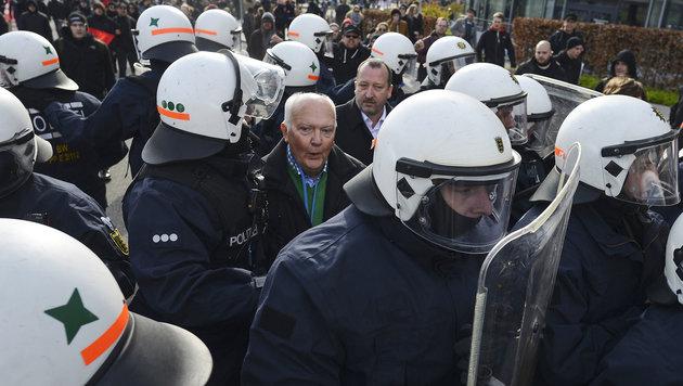 D: Schwarzer Block attackiert AfD-Parteitag (Bild: AFP)