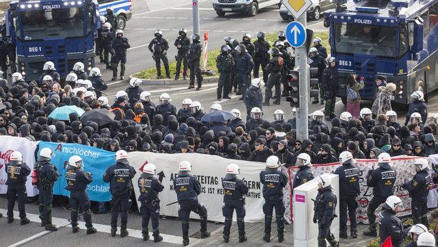D: Schwarzer Block attackiert AfD-Parteitag (Bild: APA/dpa/Christoph Schmidt)