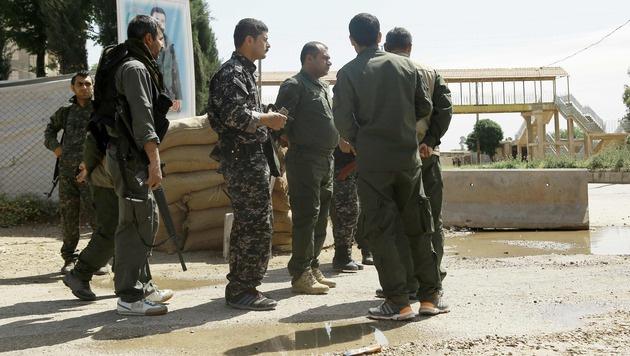 In Qamishli wurden sechs kurdische Polizisten bei einem Selbstmordattentat getötet. (Bild: APA/AFP/DELIL SOULEIMAN)