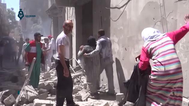 Aleppo wird von schweren Luftangriffen getroffen. (Bild: AP)