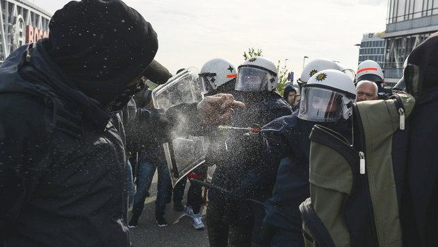 Am Rande AfD-Bundesparteitages lieferten sich Demonstranten eine Straßenschlacht mit der Polizei. (Bild: AFP)