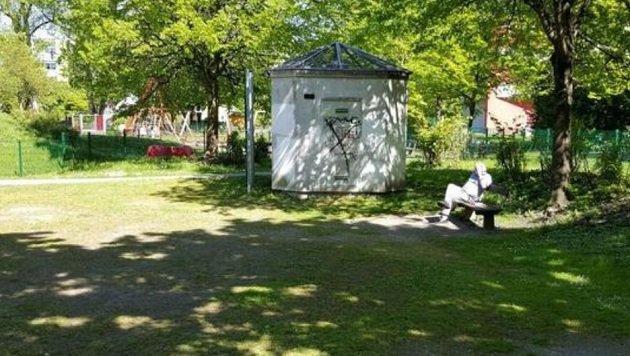 Im Dr.-Hans-Lechner-Park in Schallmoos wird nur wenige Meter vom Kinderspielplatz entfernt gedealt. (Bild: Manuela Kappes)