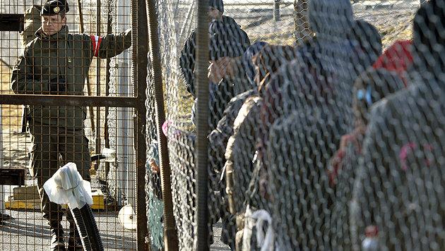 Auch die anhaltende Asylkrise wird zur großen Herausforderung für den neuen Kanzler. (Bild: APA/HARALD SCHNEIDER)