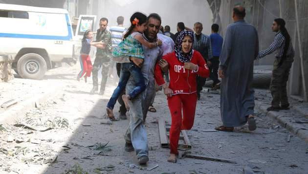 Dutzende fliehen aus Aleppo. (Bild: APA/AFP/AMEER ALHALBI)