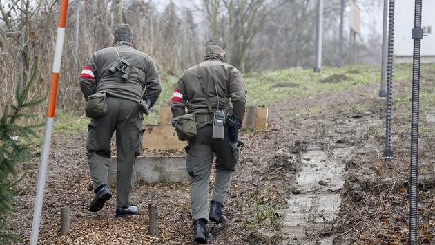 Soldaten des Bundesheeres bei einer Grenzpatrouille nahe Spielfeld (Bild: APA/ERWIN SCHERIAU)