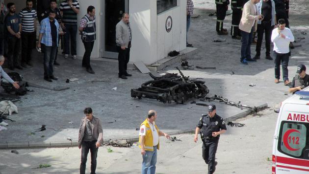 Teile des Autos lagen noch am Ort des Geschehens. (Bild: AP)