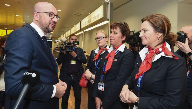 Belgiens Premierminister Charles Michel mit Flughafenpersonal (Bild: APA/AFP/JOHN THYS)