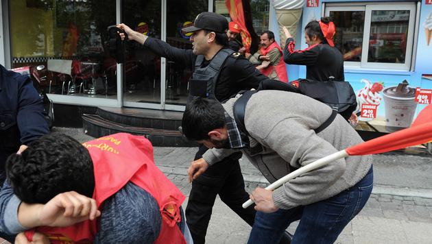 1. Mai: Istanbuls Polizei schlägt Demos nieder (Bild: AP)