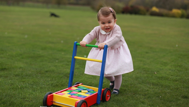 So herzig: Prinzessin Charlotte wird ein Jahr alt (Bild: APA/AFP/KENSINGTON PALACE/THE DUCHESS OF CAMBRIDGE)