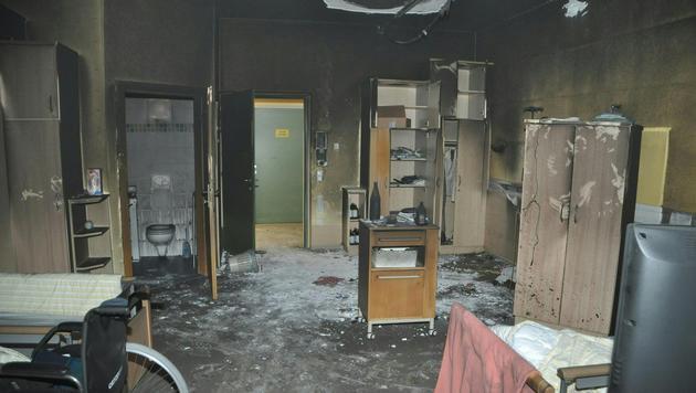 Ein Bewohner erlitt schwere Verletzungen, zwei Pfleger wurden mit Rauchgasvergiftungen eingeliefert. (Bild: APA/FF VOITSBERG/NINAUS)