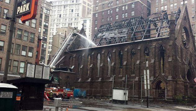 New York: Kirche durch Großbrand zerstört (Bild: APA/AFP/BRIGITTE DUSSEAU)