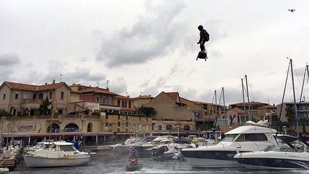 Franzose fliegt am Hoverboard ins Buch der Rekorde (Bild: guinnessworldrecords.com)