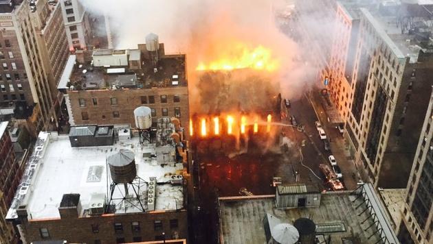 New York: Kirche durch Großbrand zerstört (Bild: AP)