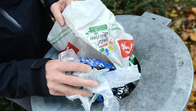 Plastiksackerl-Verbrauch soll um 50 Prozent sinken (Bild: APA/HELMUT FOHRINGER)