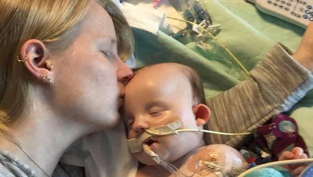 Mutter Mary mit ihrer Tochter Nora (Bild: facebook.com/Nora Hall, Miracle Baby)