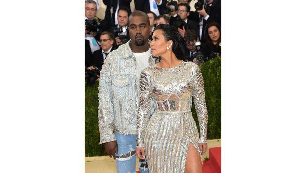 Im Partnerlook: Kanye West und Kim Kardashian glänzten um die Wette. (Bild: Charles Sykes/Invision/AP)