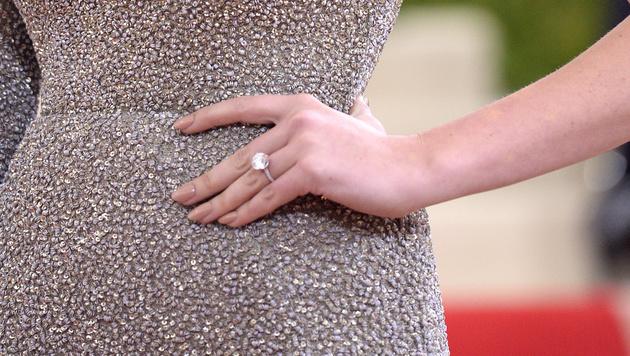 Kate Upton zeigt ihren Verlobungsring. (Bild: Evan Agostini/Invision/AP)