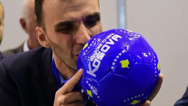 Historisch! Kosovo wird 55. Mitglied der UEFA (Bild: APA/AFP/ATTILA KISBENEDEK)