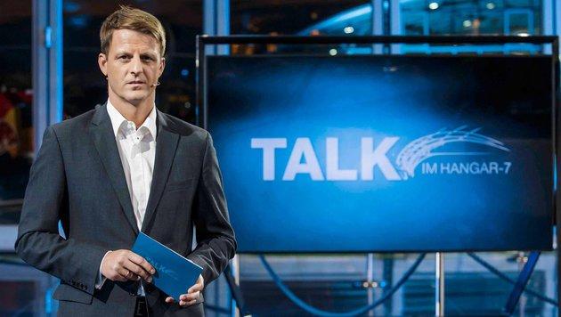 """Moderator Michael Fleischhacker beim """"Talk im Hangar 7"""" (Bild: ServusTV)"""
