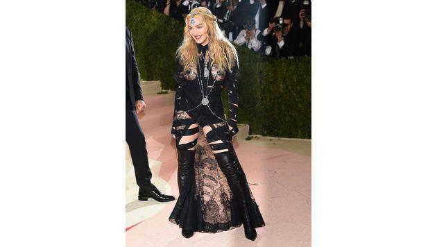 Madonna ließ ihren Busen blitzen. (Bild: Evan Agostini/Invision/AP)