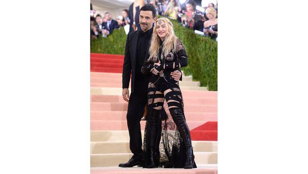Madonna mit Designer Ricardo Tisci (Bild: Evan Agostini/Invision/AP)