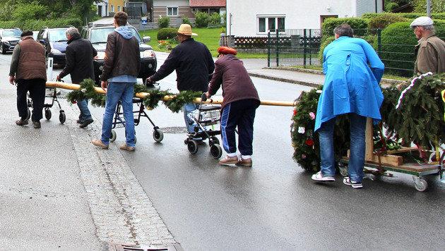 Gestohlenen Maibaum mit Rollatoren zurückgeholt (Bild: Christoph Koller)