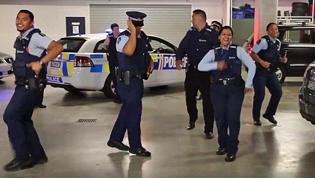 Tanzende Polizisten erobern Facebook im Sturm (Bild: facebook.com/NZPoliceRecruitment)