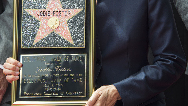 Foster präsentierte ihre Plakette. (Bild: APA/AFP/VALERIE MACON)