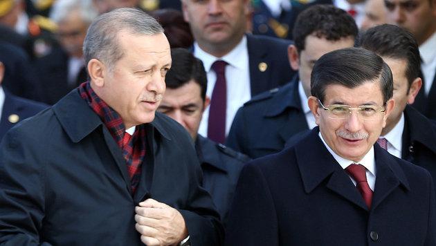 Ex-Ministerpräsident Davutoglu (re.) liegt mit Präsident Erdogan im Clinch. (Bild: APA/AFP/ADEM ALTAN)