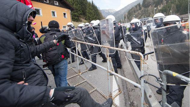 Bereits am 24. April kam es zu Auseinandersetzungen zwischen Demonstranten und Polizei am Brenner. (Bild: APA)