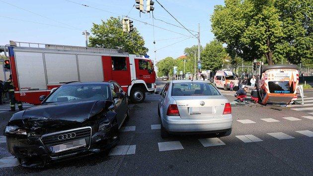 Notarztwagen mit 2 Autos kollidiert: 7 Verletzte (Bild: APA/ISMAIL GOEKMEN)
